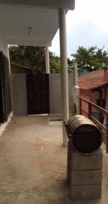 entrada da casa e churrasqueira (redonda, de tambor)