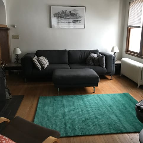 2BR near Downtown Mpls 2 minute walk to light rail