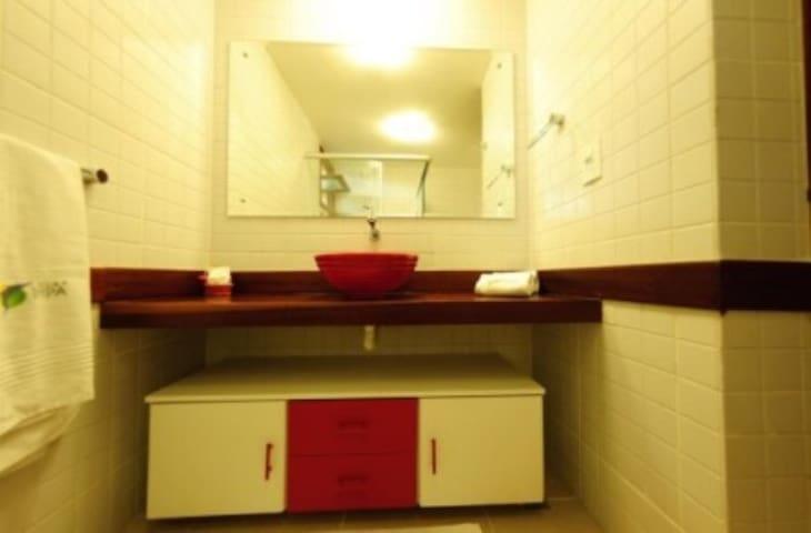 Banheiro amplo com box de vidro