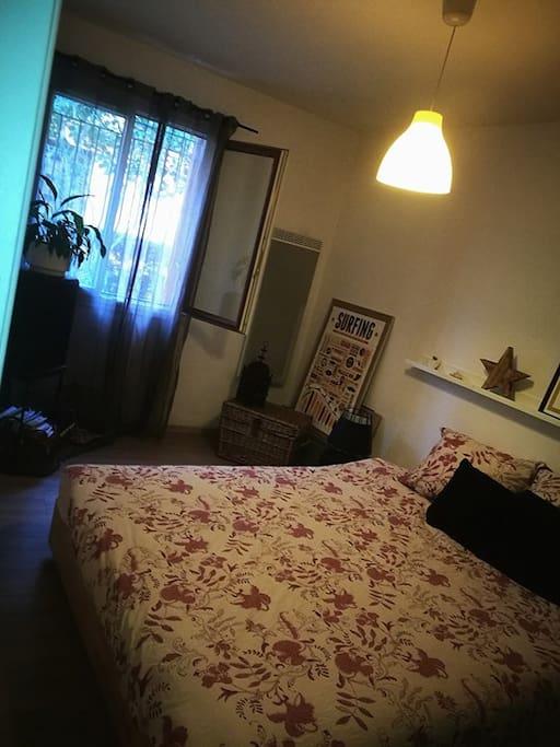 La grande chambre avec rangements