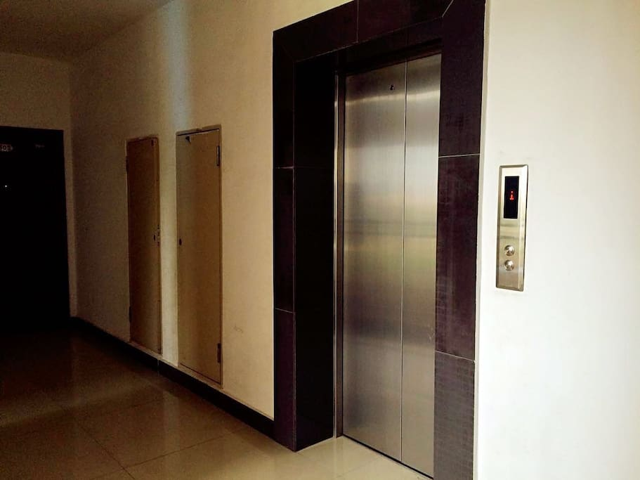 电梯过道物业每天打扫,消防栓应急通道灭火器一应具全。