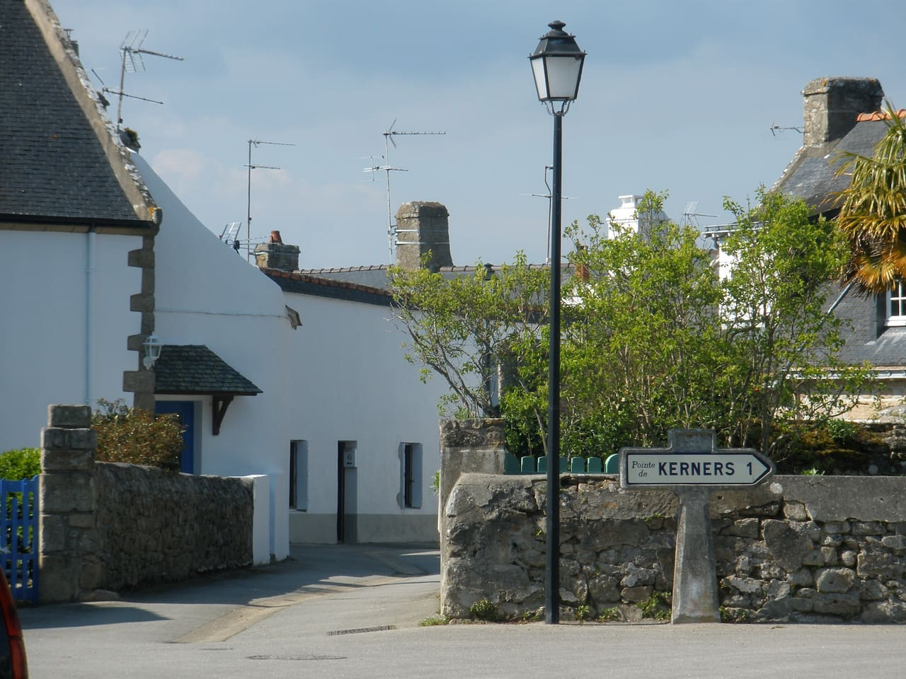 longere blanche au fond de la rue