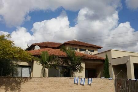 High standard Villa. 5 bed room + living room. - Kfar Netter - บ้าน