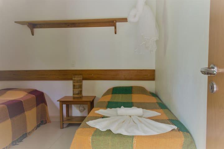 Dormitório 2 , com uma cama e uma bicama ou uma cama de casal e uma cama extra