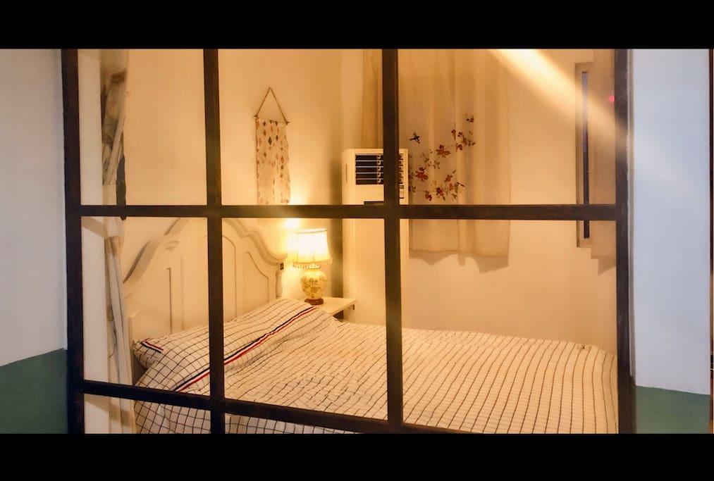 透过窗框看卧室