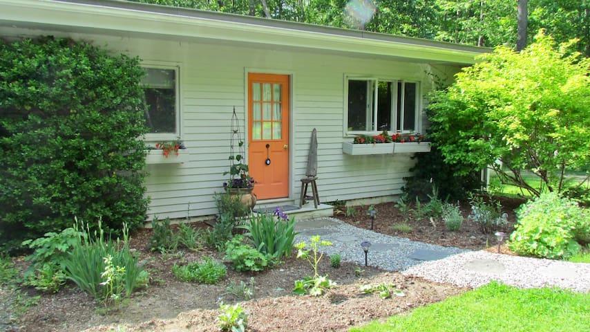 Garden Cottage in Vermont, Nature Lover's Haven