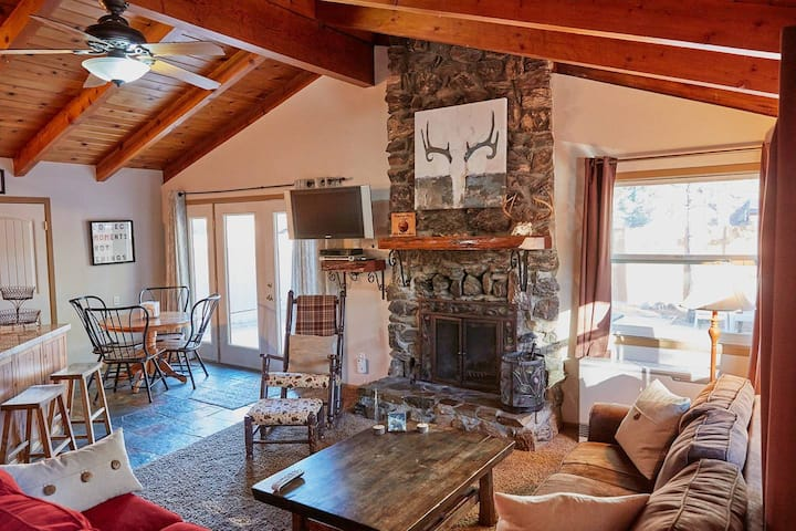 Peaceful Pines Lodge with Hot Tub/ Dogs Welcome