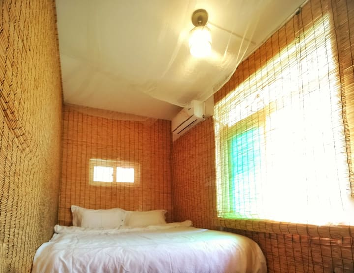 观风小驻5号房,舒适宽敞的海岛别墅,2百平米6室2厅公寓,出租其中一间主卧,周围都能看到山海景。