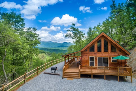 Brand New cabin with gorgeous views & hot tub!