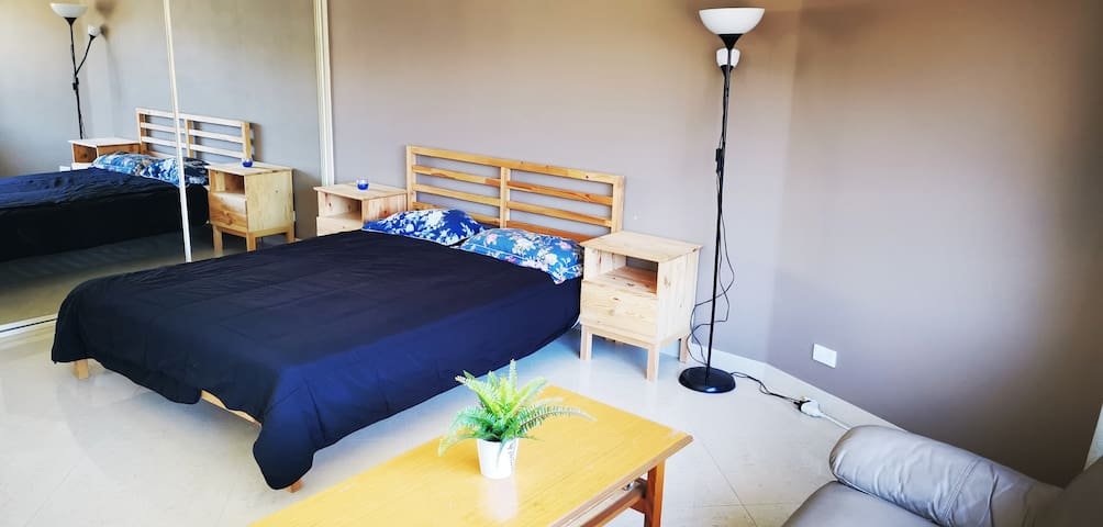Ensuite Huge Bedroom - 5min Train S./15min Airport