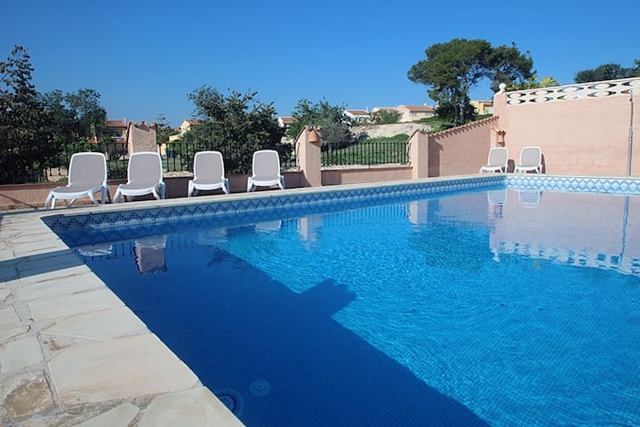 4 bed. 2 km from the beach and all its services