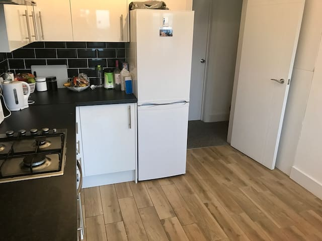 Lovely double room in North Acton - Lontoo - Talo