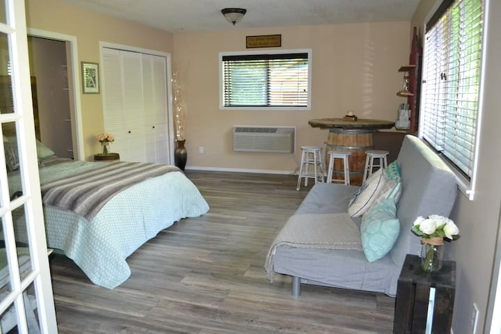 private countryside suite with hottub & breakfast