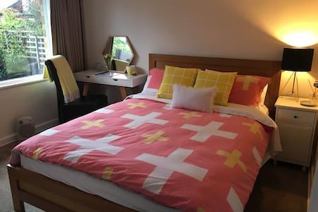Light filled room with queen bed - Mont Albert