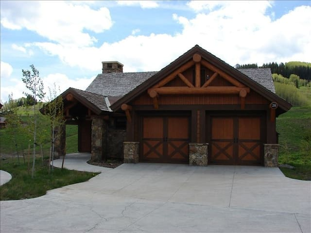 Luxury home in Prospect.  Beautiful views and fantastic location!
