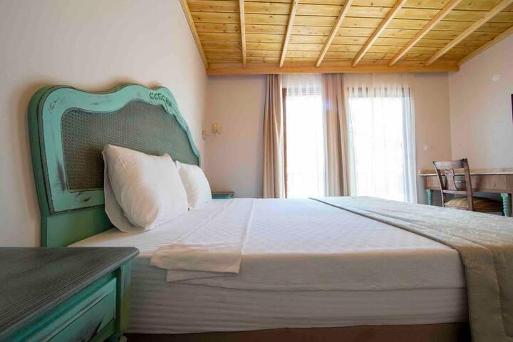 Queen Room W/Balcony 3