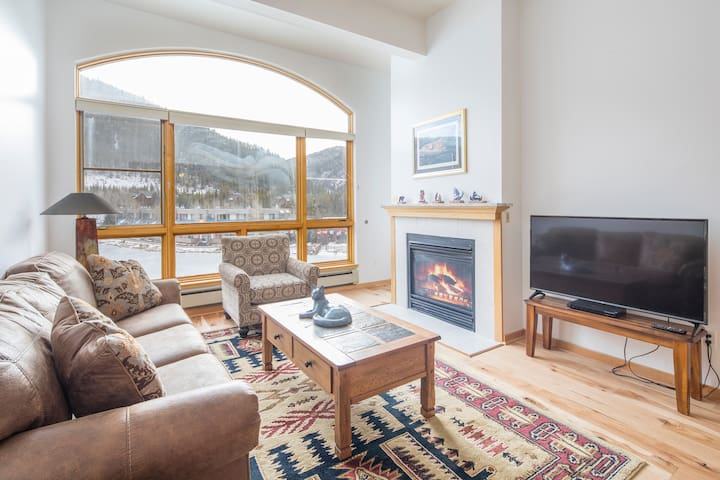 1546 | Epic views, wood floors, 4K TV, granite!