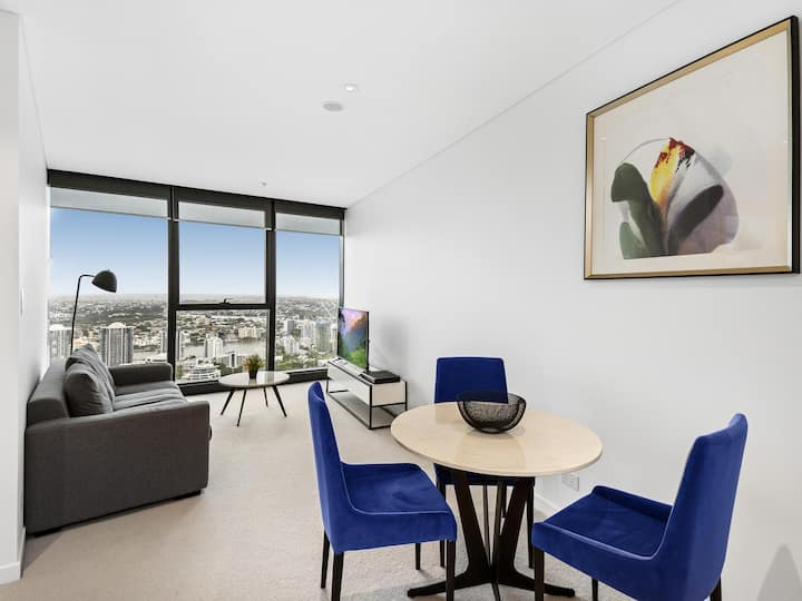 Sweeping views and peak convenience in city centre