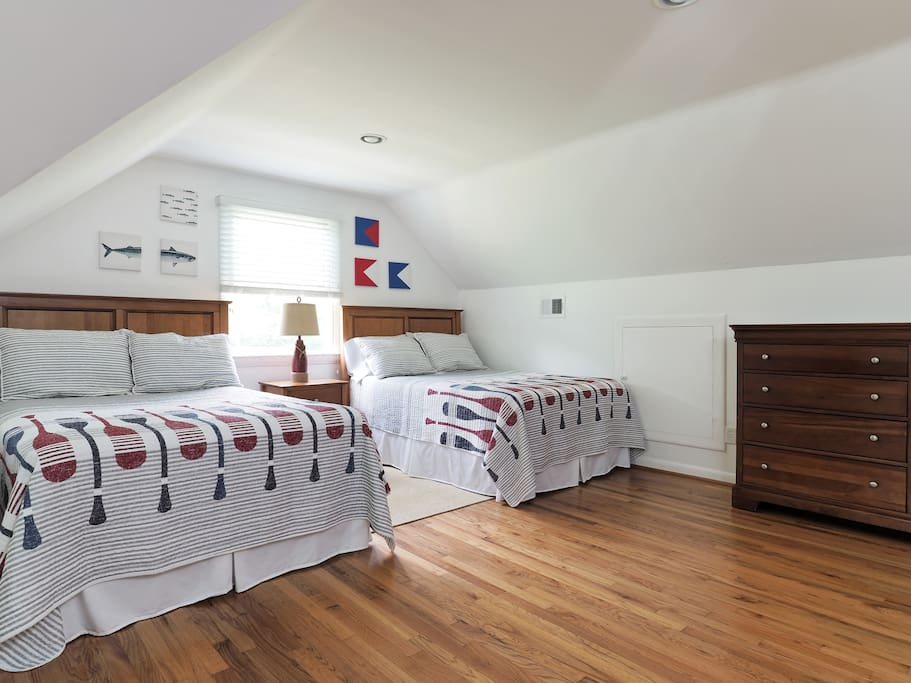 Bunk room: 2 double beds + 2 single beds