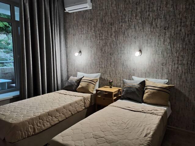 Спальная комната с кроватями-боксами, которые можно объединить в одну.