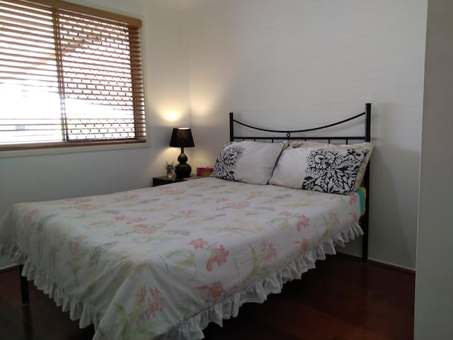Comfy Capalaba, TV, double bed in bush cul-de-sac