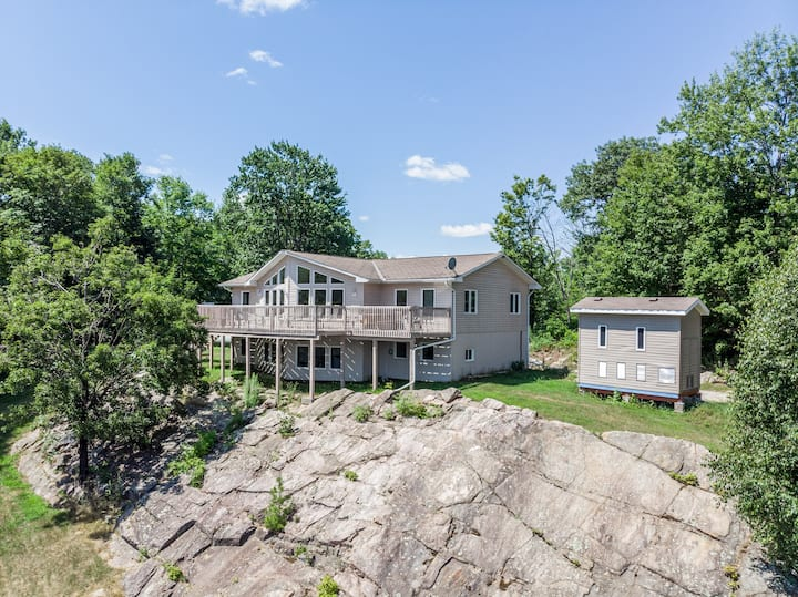 Renovated & Spacious Lakefront Haliburton Cottage