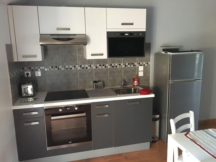 Coin cuisine, grille pain, liquide vaisselle, réfrigérateur, four, micro-ondes et serviettes