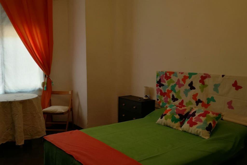 Habitación amplia, con pequeño recibidor para desayunar. Amplio armario, de dos hojas.