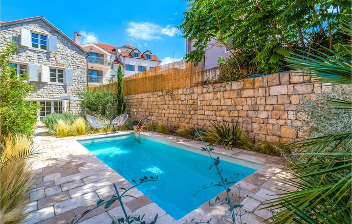 Amazing home in Split with WiFi, 4 Bedrooms and Sauna