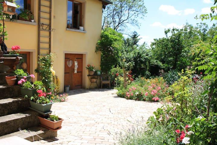 La Maison d'Ivona, accueil et convivialité. - La Tour-de-Salvagny - Bed & Breakfast