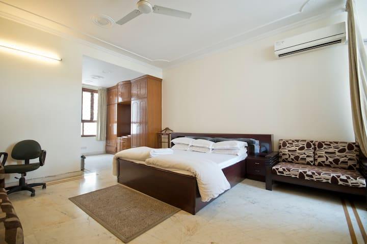 Spacious Private Room @ Defence Colony - New Delhi - Lägenhet