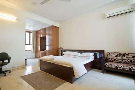 Spacious Private Room @ Defence Colony - Neu-Delhi - Wohnung