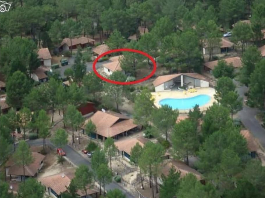 Vue d' ensemble de la villa par rapport à la piscine