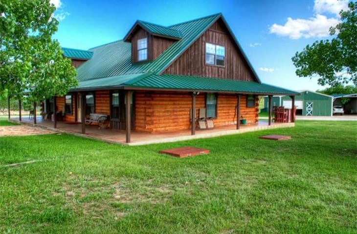 Log Cabin 10 acres Hill Country. Must Love Dogs - Liberty Hill - Sommerhus/hytte