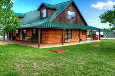 Log Cabin 10 acres Hill Country. Must Love Dogs - Cabaña
