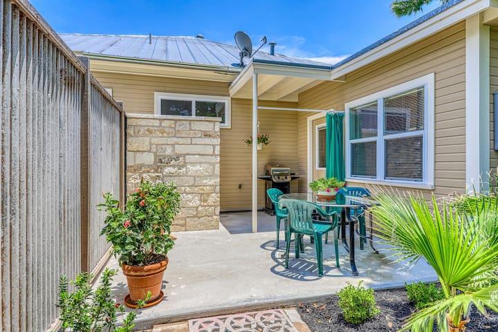 Romantic getaway w/ enclosed yard, patio, outdoor shower, & grill