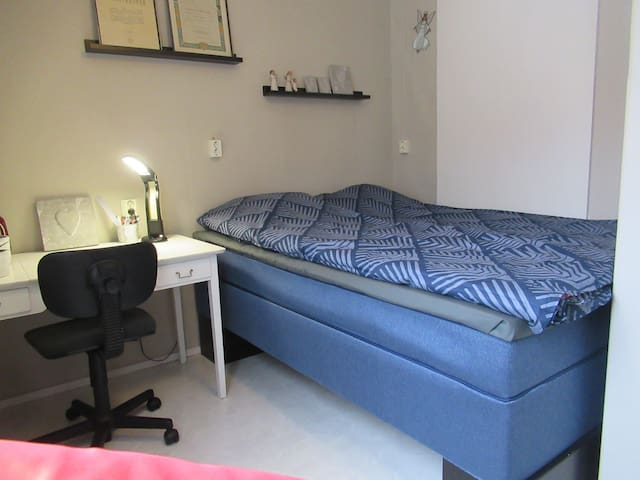 Alakerran makuuhuone. Jenkkisänky 160 cm, työpöytä, WIFI. Downstairs bedroom. King size double bed (width 160 cm). Desk, chair.
