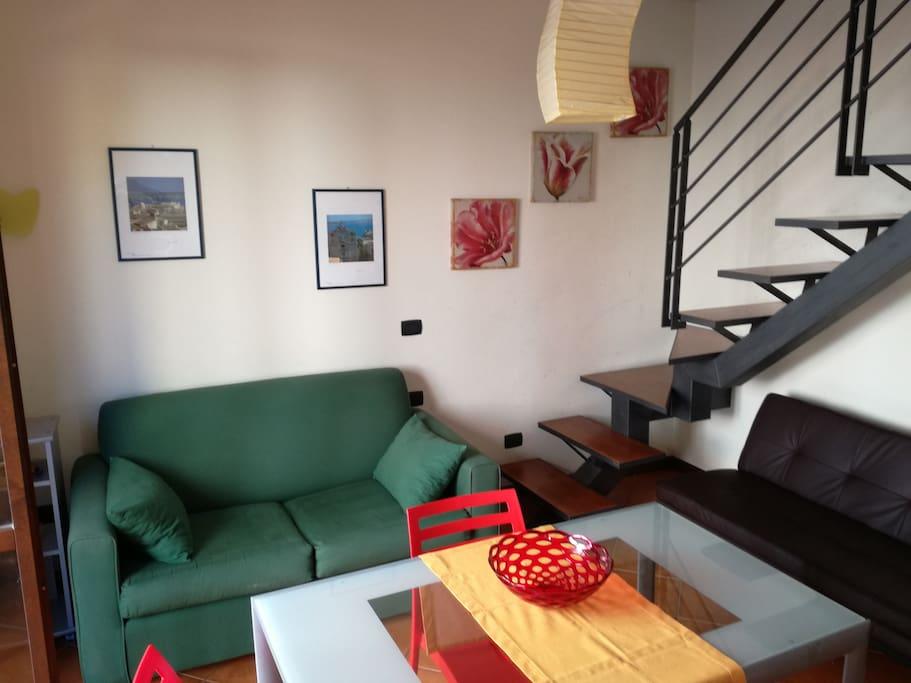 ingresso soggiorno con ampio tavolo da pranzo, n.2 divani e TV
