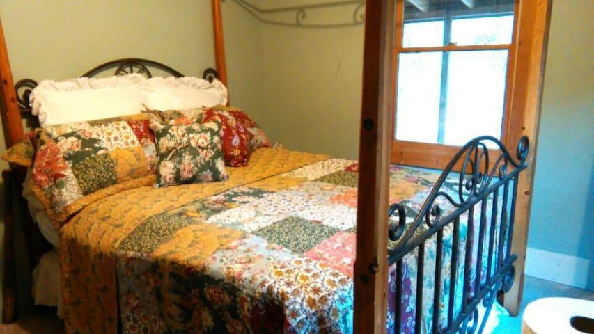 QUEEN BEDROOM IN RUSTIC MOUNTAIN HOME