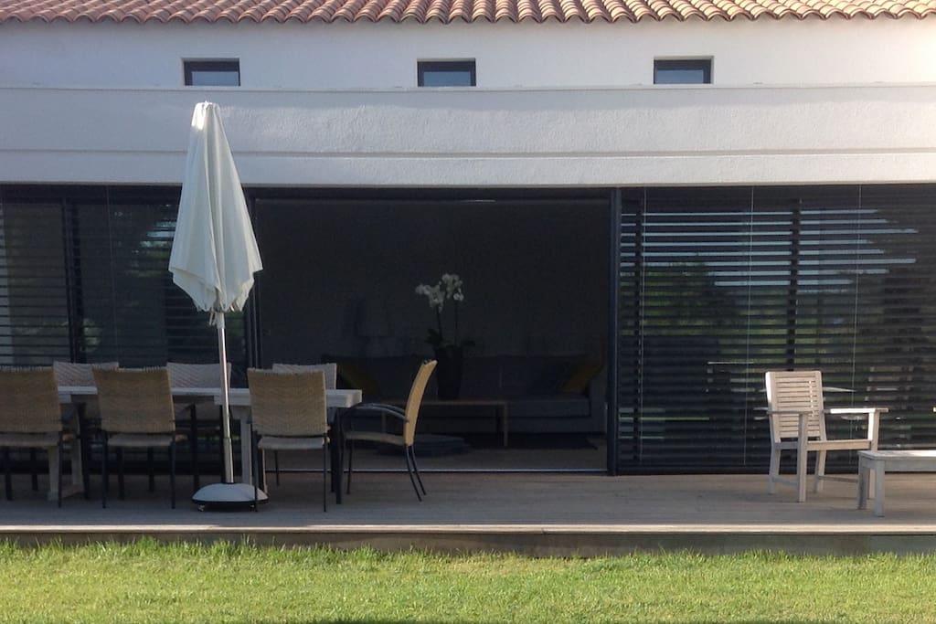 Terrasse principale avec table 10 couverts