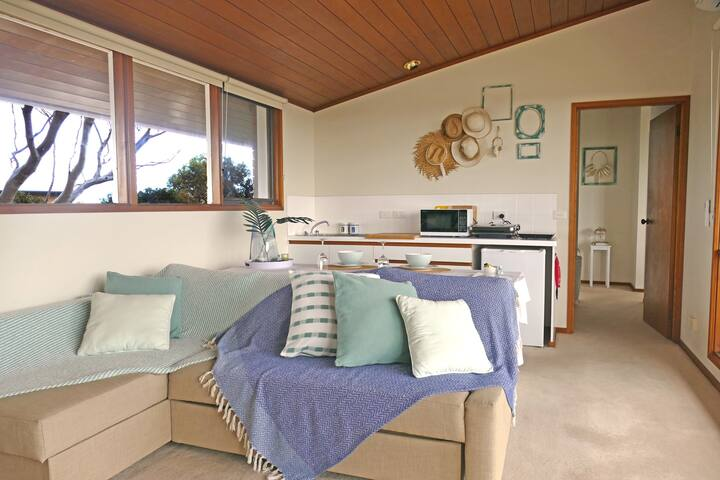 Holiday Breeze Balcony Views Couple S Retreat Guest Suites For Rent In Ocean Grove Victoria Australia