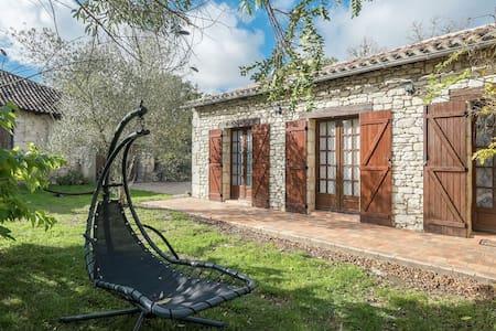 Pintoresco Casa de vacaciones en Bouniagues con Piscina