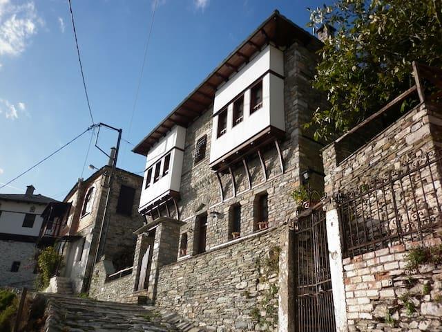 Villa Kary (amazing view) - Makrinitsa - Radhus
