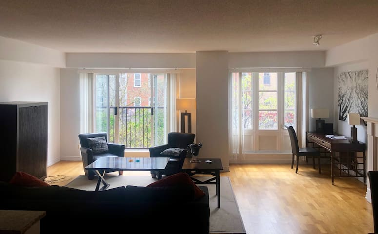 Luxury room in the heart of Byward Market!