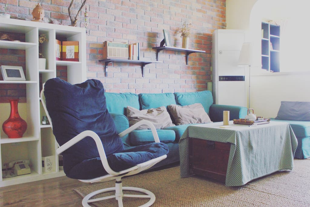 宜家沙发、躺椅 很软很舒胡 超大地毯 红砖背景墙