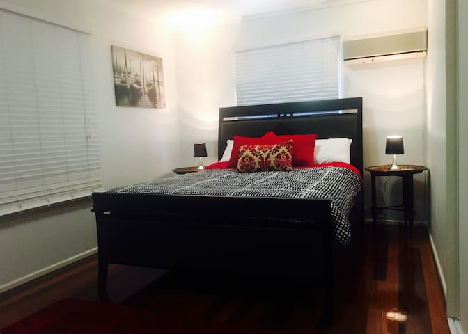 Private, comfortable & central - Aspley - Дом
