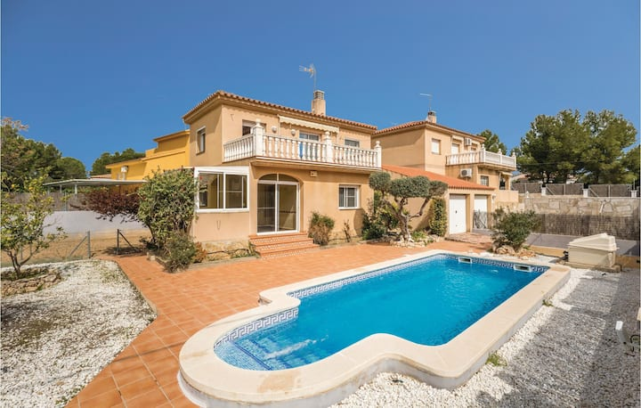 Awesome home in L'Ametlla de Mar with 4 Bedrooms