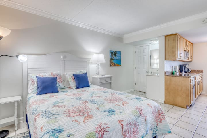 Oceanview studio condo in the heart of Gulf Shores, walk to dining