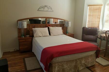 Bright, Master Bedroom/Bath Combo - Oak Hills - Casa