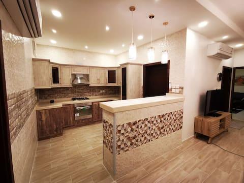 شقة عائلية فاخرة بغرفتين وصالة ومطبخ ودورتين مياه